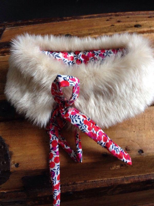 Un col amovible en fausse fourrure et Liberty pour que mademoiselle et sa poupée soient assorties. En vente dans ma boutique, mettez un...