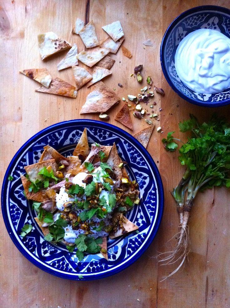 Fűszeres csirke pitachipsszel, fokhagymás joghurtöntettel (csirke fatteh) | Chili és Vanília