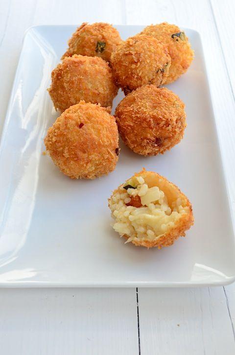 Een lekker Italiaans borrelhapje zijn arancini, deze risotto balletjes maak je van overgebleven risotto.