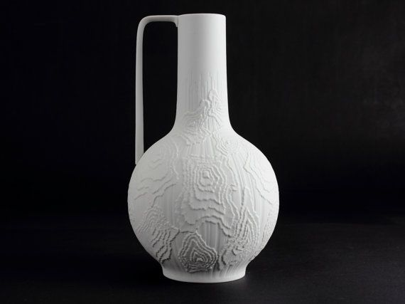 Elegant and stylish bisque porcelain vase by AK Kaiser from the 60s. condition: excellent vintage  23,5 cm / 9,25 inch high  wight: 570 g  basemark: AK Kaiser 202  item-no.: 1607  We ship our items insured as international tracked postage by Deutsche Post.  Please contact us to calculate combined shipping. Thank you for your interest!  EU: parcel < 1 kg: 10 Euro parcel < 2-5 kg: 16 Euro parcel < 5-10 kg: 22 Euro  GB: parcel < 1 kg: 8 GBP parcel < 2-5 kg: 12 GBP parcel <...