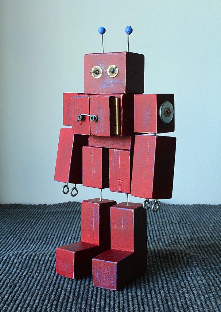 Robot de madera estilo retro! La idea fue diseñar un robot como aquellos de juguete de los años 40 y 50. Tiene varios detalles y uno de ellos es que su pecho se abre con dos puertas tal como se abrían aquellos robots de hojalata. Otro detalle son sus ojos hechos con dos lamparitas de linternas. También poseé dos articulaciones, una es su tronco y la otra es su cabeza, pudiendo ser giradas en ambas direcciones.  Este robot NO es un juguete sino un elemento de decoración.