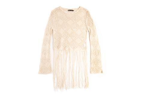 Moda para un invierno blanco  Sweater con flecos (Vov Jeans, $850)