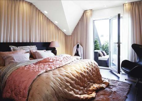 Sovrummet ligger i anslutning till matsalsdelen och badrummet, härifrån kommer man också ut på den a...