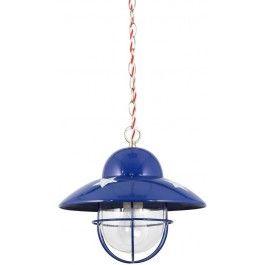 Stoere visserslamp van Lief!. Deze kobalt blauwe lamp hangt aan een ketting met  daardoor een rood en wit koord, tot aan de kleine plafondkap. De lamp  heeft een grote fitting (E27), lampjes zijn niet inbegrepen.