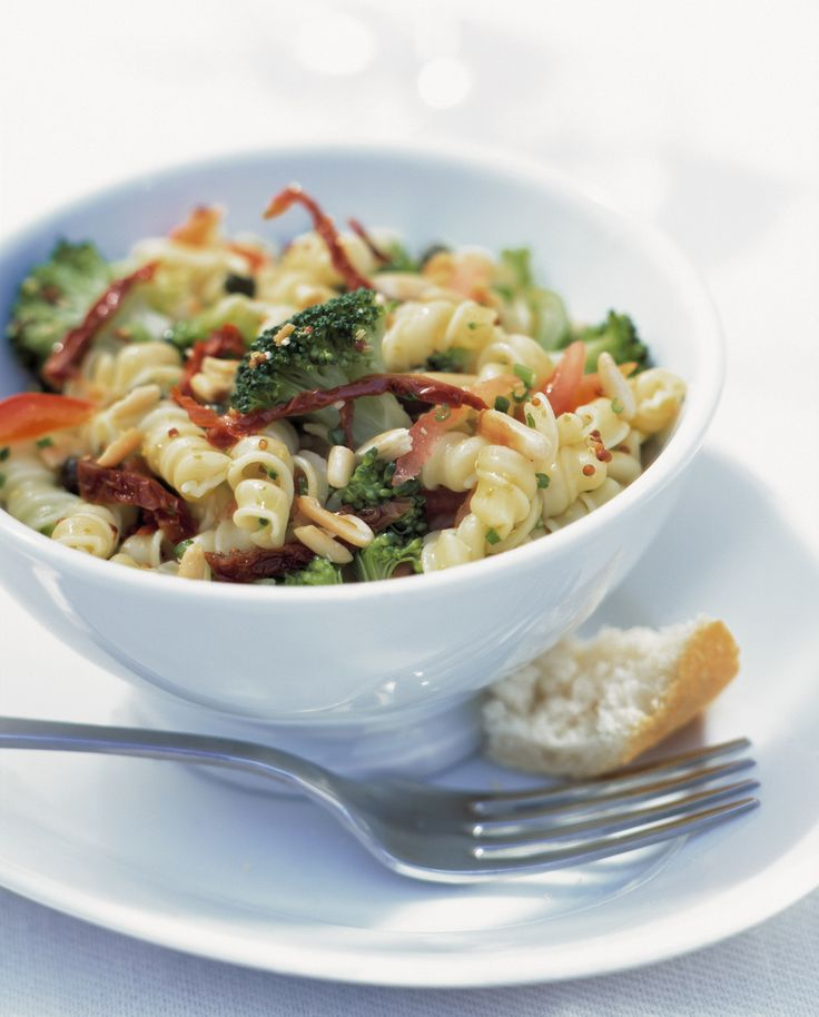 Pastasalat mit Brokkoli, Tomaten & Paprika | Kalorien: 473 Kcal - Zeit: 1 Std. | http://eatsmarter.de/rezepte/pastasalat-5