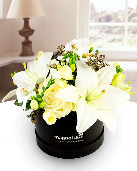 Aranjament in cutie, cu trandafiri, orhidee, frezii si crini. Winter flower arrangement with white roses, orchids, freesias and lilies