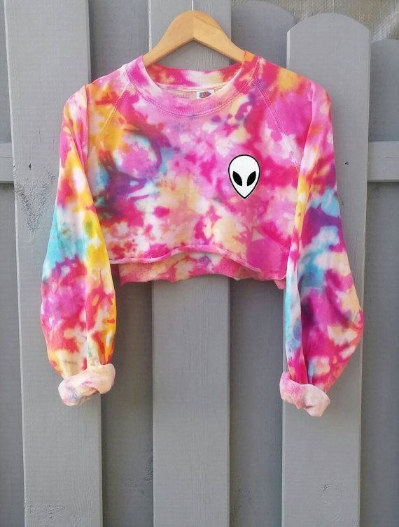 Hand dyed cropped Sweater, perfect for the rainy summer days! Cute pastel cotton colors with or without an alien patch! This pastel sweater is a must have! Very unique, because every sweater is hand dyed, every order looks different!  ¤ hand dyed. ¤ available in size s - xxl. ¤ wash with cold water by hand!  Length of the sweater:  Small: 46cm Medium: 48cm Large: 50cm X-Large: 52cm XX-Large: 54cm