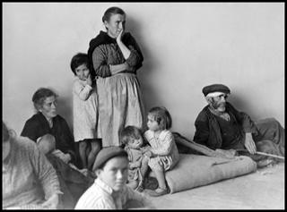 Gerda Taro #photography @Qomomolo   Refugees from Málaga in Almeria, Spain  February 1937  Gelatin Silver Print   Collection of ICP ©ICP