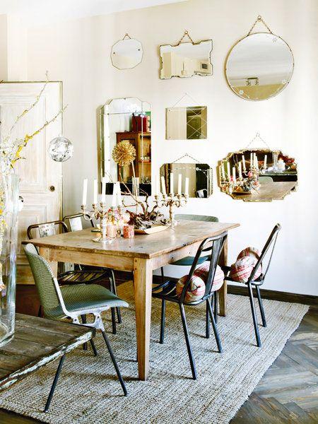 Pared decorada con espejos vintage de mercadillo Portobello, muebles de La Europea