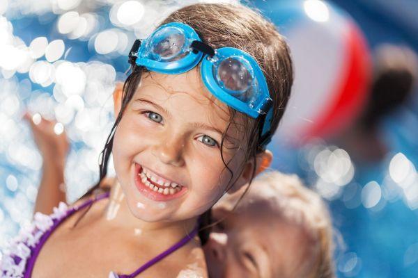 7 brincadeiras para fazer na piscina com seu filho