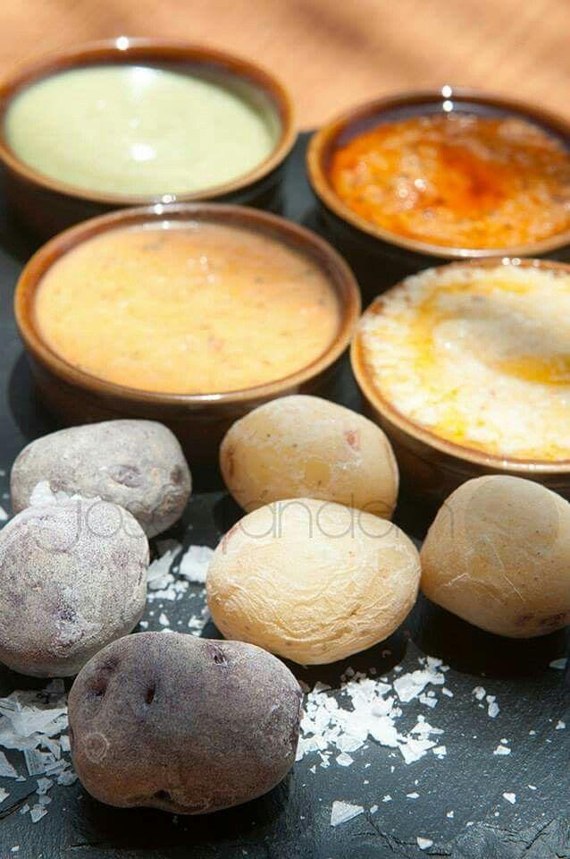 Papas arrugadas  variedades blanca y negra con selección de mojos  de almendras, queso y pimienta  (Jose Tandem)