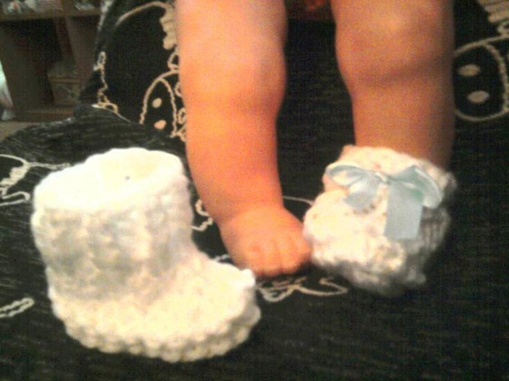 Esta es una manera muy rápida de hacerle unos zapatitos a las muñecas Nenuco. Los materiales que yo uso son la lana que venden en los todo ...