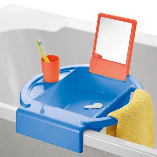 Quand on a 2 ans et qu'on mesure moins d'un mètre, il est difficile de se laver les mains tout seul. Ce lavabo, posé au bord de la baignoire, est à la portée de l'enfant. Il comporte un miroir, un emplacement pour le savon, un verre et une barre pour poser la serviette. L'enfant est content et si fier de se laver les mains tout seul et de gagner en autonomie.