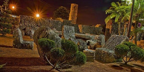 Kehebatan yang lain dari pekerjaan tangan Edward adalah sejumlah batu-batu vertikal yang masing-masing memiliki tinggi 2,4 meter dan membentuk perimeter di dalam kompleks Coral Castle. Masing-masing batu vertikal ini dipotong dengan presisi yang luar biasa sehingga masing-masing batu memiliki tinggi yang sama persis.
