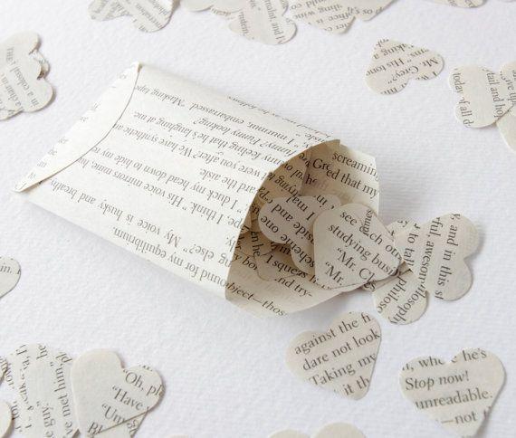 Confettis de papier fabriqué à partir de livres de contes classiques recyclé en forme de coeur.  Fête rustique / confettis de mariage Idéal pour le scrapbooking, décoration de table, décoration de carte etc...  Environ 100 coeurs dans chaque petite enveloppe à la main (stocks photos)  Coeur taille 25mm (1 pouce) Enveloppe taille environ 5,5 x 7,7 cm (5 1/4 x 3 pouces) plus papillon/origami