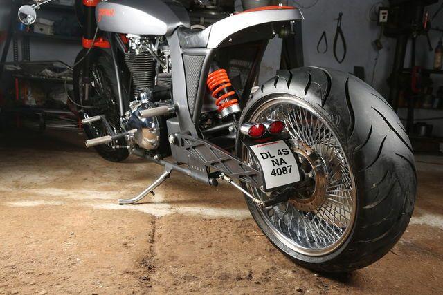Zeena, sebuah motor modifikasi hasih sentuhan TNT Motorcycle dengan basic mesin 500cc dariRoyal Enfield. Hasil karya seni yang mengusung konsep cafe chopper tampil retro dan berkesan mewah.