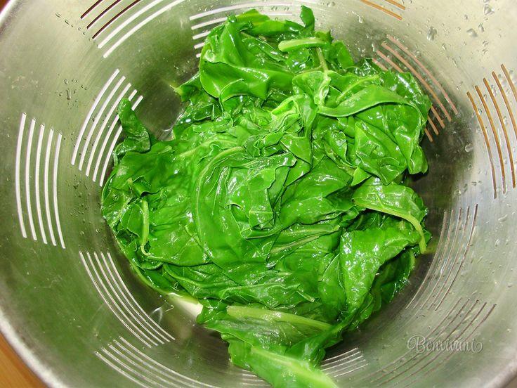 Zapekaný špenát sa zvykne robiť k Veľkonočným sviatkom. Vtedy sa špenát zmieša s mladou žihľavou a spolu zapeká.