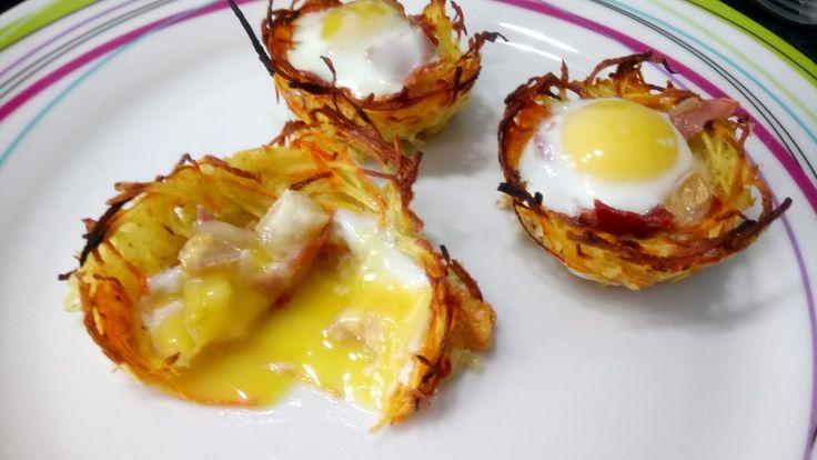 Voilà une petite idée pour Pâques, simple à faire et qui devrait avoir son petit effet dans l'assiette de vos invités. Ingrédients pour 12 nids, 2sp 300g de pommes de terre 7sp 2 carottes 1 oignon 1 oeuf 2sp 12 oeufs de caille 8sp 5 tranches de bacon...