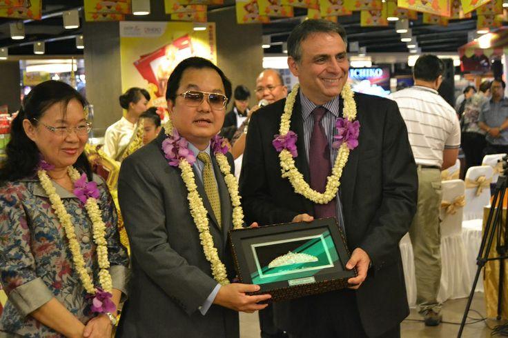 Penukaran cinderamata antara Dubes Thailand dan CEO PT Hero Supermarket