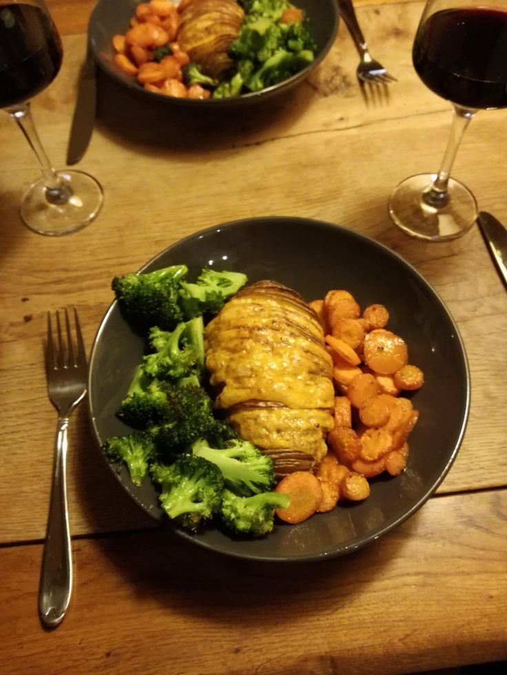 [HOMEMADE] Hasselback potato with homemade garlic butter & cheddar ovenroasted sweet carrots and broccoli