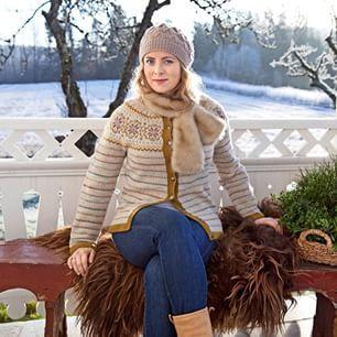 Instagram photo by levlandlig - Her er den endelig - den nydelige #levlandligkoften som markerer Lev Landligs 10-års jubileum. Koften kommer i to fargevarianter, og oppskriften finner du i Lev Landlig utgave 1, som er i salg nå. Koften er designet av Liv Sandvik Jakobsen @livslyst og Lene Holme Samsøe, jentene bak #kofteboken. Er den ikke flott? #levlandlig #landlig #kofte #strikk #levlandligkoften