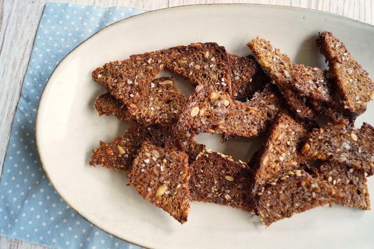 Sprøde og lækre hjemmelavede rugbrødschips. Som snack, til tapas eller i madpakken. Rugbrødschips er både nemme og billige at lave selv.