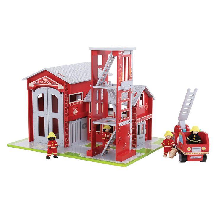 Rol de brandslang uit, klim de ladder op en probeer de brand te blussen. In deze luxe brandweerkazerne worden al je fantasieën werkelijkheid. De luxe kazerne is gemaakt van stevig hout en heeft verschillende beweegbare onderdelen. Inclusief 4 brandweermannen ...