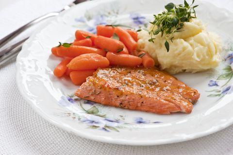 Hedelmäinen lohifilee ja timjami-porkkanat