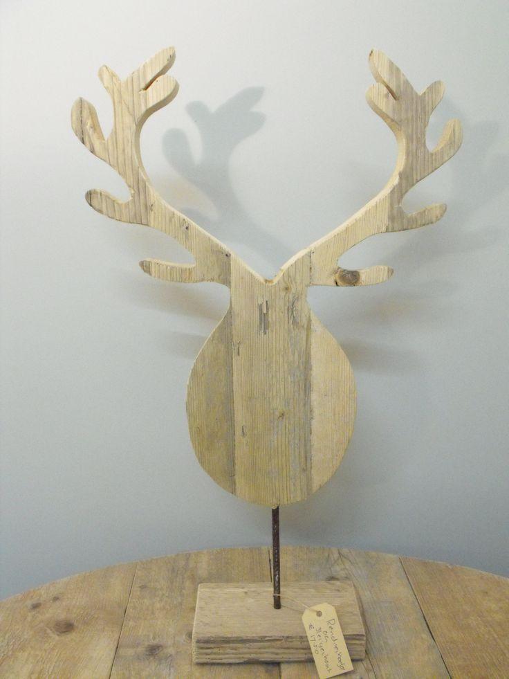 Rendier hoofd op voet blank steigerhout