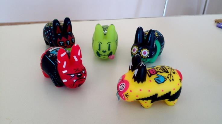 El gremio de los conejos debatiendo en @Cuatro Coronas #KidRobot #Bunny #Toys #Awsome