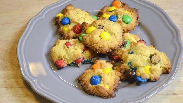 Du liebst Kekse? Dann backe unser einfaches M & M's-Cookie-Rezept nach! Es ist superschnell zuzubereiten. Das Beste: Die Kekse können in der Mikrowelle backen.