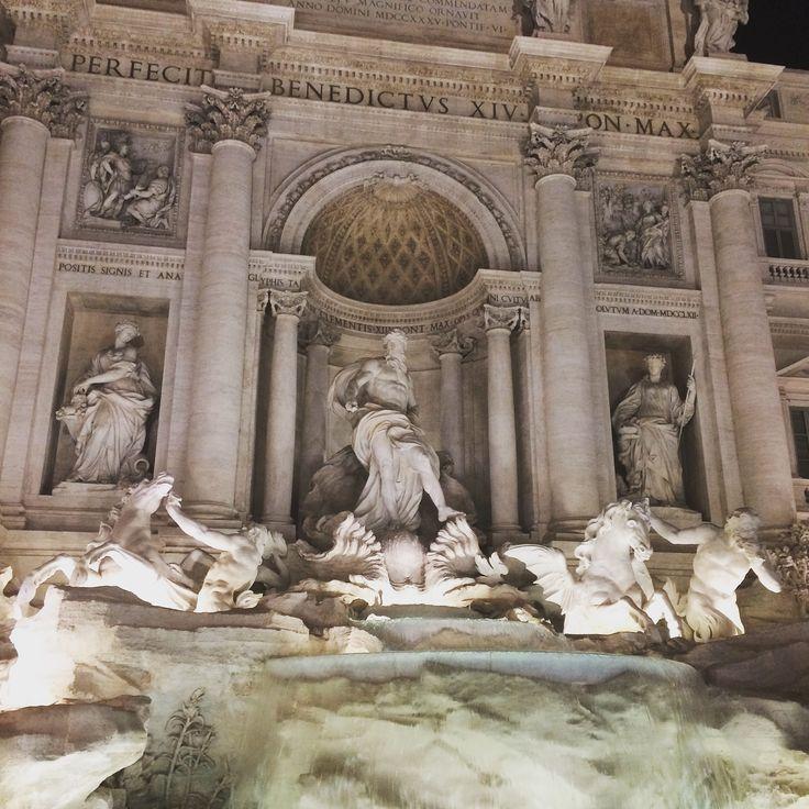 Fontana di Trevi após longos meses de restauro. Oceano, Deus do Mar ao centro e Tritão com o cavalo á direita, simboliza mar tranquilo.