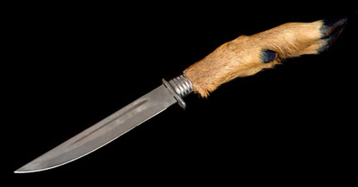 Cómo hacer un cuchillo de caza. Cómo hacer cuchillos de caza. Tú puedes aprender cómo hacer grandes cuchillos de caza con hojas de sierra usadas de bajo costo, añadiendo un toque único a tu equipo de caza. Impresiona a tus compañeros con cuchillos hechos a mano; modelos únicos.