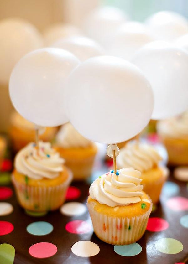 how cute are these DIY balloon cupcake toppers?!