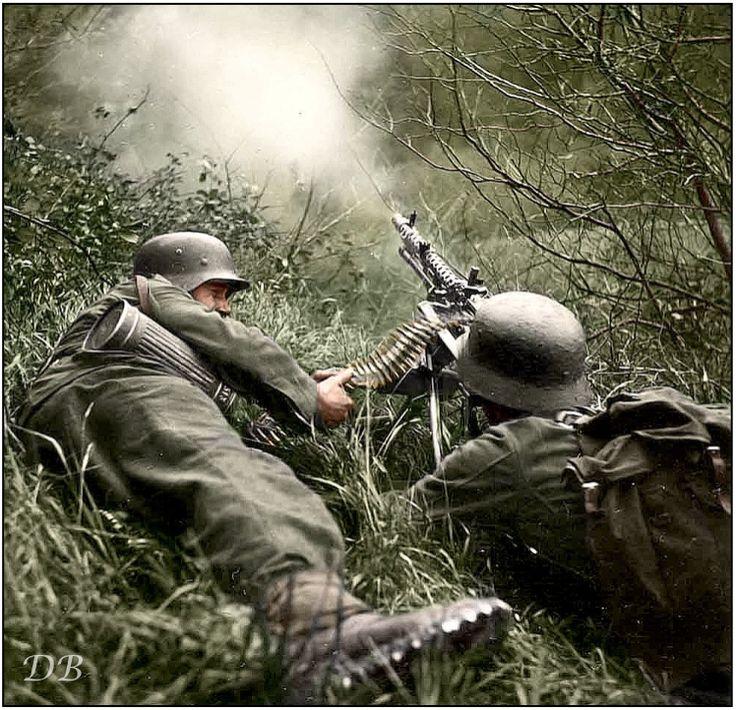 Two Gebirgsjäger manning an MG-34