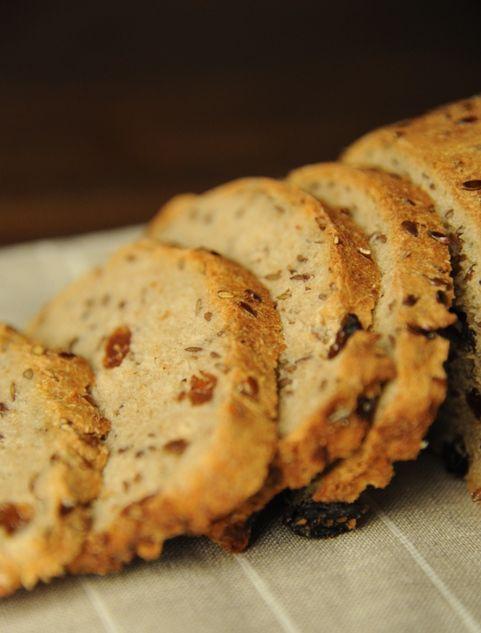 Pełnoziarnisty chleb z siemieniem lnianym i rodzynkami