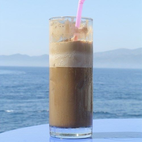 В блендер выкладываем холодное кофе, мороженое, какао, шоколад и взбиваем до получения однородной ма