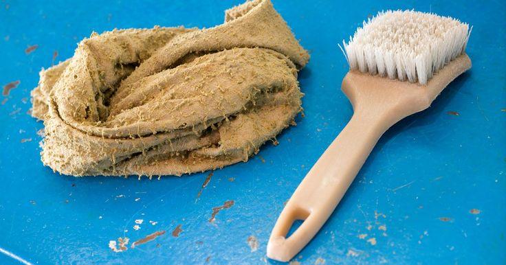 Como remover manchas de óleo do linho. Às vezes, é difícil saber se aquela mancha amarelada na sua toalha de mesa de linho favorita é do vinagrete que você serviu com a salada ou do último molho ácido para marinar que você preparou para o jantar. Mas, se você identificou que a mancha é à base de óleo, você poderá removê-la. Quanto antes você tratar a mancha, melhor, já que quanto menos ...