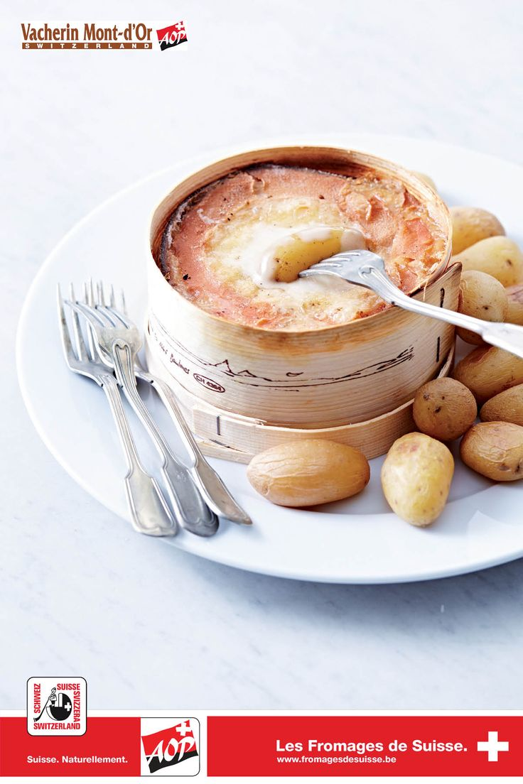 Vacherin Mont-d'Or AOP chaud: 1 Vacherin Mont-d'Or AOP, 4 gousses d'ail, quelques càs de vin blanc sec. Préchauffez four à 220 °C. Sortez le Vacherin Mont-d'Or AOP de la boîte. Humectez boîte & couvercle. Remettez fromage dans boîte. Piquez fromage à la fourchette. Insérez les gousses d'ail sous la croûte. Arrosez de vin blanc. Couvrez et faites cuire au four pendant 15 min. Le fromage est prêt lorsqu'il commence à faire des bulles. Servez le fromage accompagné de pommes de terre ou de…