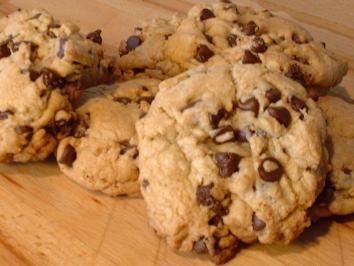 Das perfekte chewy American Cookies-Rezept mit Bild und einfacher Schritt-für-Schritt-Anleitung: Butter schaumig schlagen, beide Sorten Zucker und Salz…