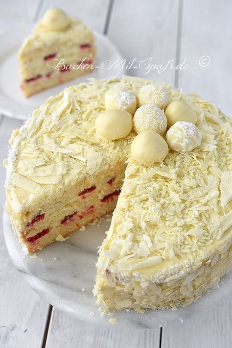 Leichte, weiße Torte mit einer Trüffel- Masse, dekoriert mit selbst gemachten weißen Trüffel-Pralinen und weißen Schokostreuseln. In die Trüffel- Masse...