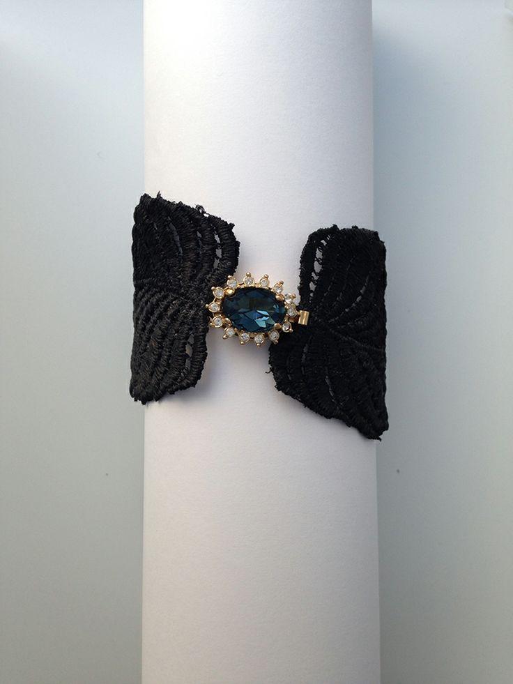 Elegante brazalete de encaje negro, especialmente pensado para un cóctel o evento nocturno. Más propuestas en www.cristinacardenas.es // Shop at www.cristinacardenas.es