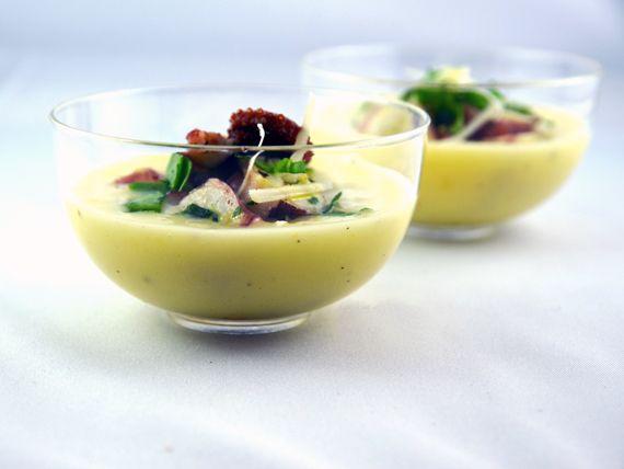 """Insalata di polpo su crema di patate. Un'accoppiata deliziosa per un'insalata monoporzione tutta da gustare. Una proposta del blog """"La via delle spezie""""  - Solo 70 kcal a bicchierino!"""