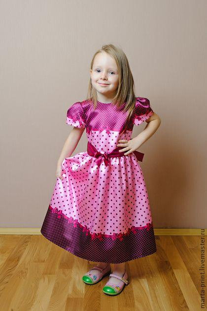 Детское платье в горошек цвета малины. Нарядное платье из коллекции 'Цветной горошек с ленточками' Классический рисунок в новом исполнении. Платье подойдет на любой торжественный момент. Ткань с принтом не линяет при стирке.