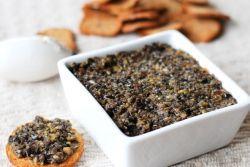 Тапенад - французский соус из оливок Ингредиенты:     оливки – 250 г;     чеснок – 1 – 2 зубчика;     каперсы – 60 г;     анчоусы – 50 г;     лимонный сок – 1 ч. ложка;     оливковое масло – 1/4 стакана;     черный молотый перец