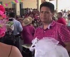 En San Pedro Huamelula, en Oaxaca, se llevó a cabo una ceremonia sagrada…El alcalde Joel Vasquez Rojas desposó a un cocodrilo hembra. Huboprocesión, música de banda, baile… Todo lo que tiene una ceremonia religiosa. La novia llegó cubierta con el tradicional velo nupcialy tras terminar el protocolo la pareja ¡bailó! Todo es parte de las […]