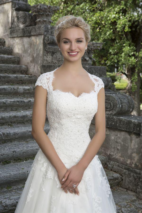 die besten 25 cinderella brautkleid ideen auf pinterest disney wedding dress hochzeitskleid. Black Bedroom Furniture Sets. Home Design Ideas