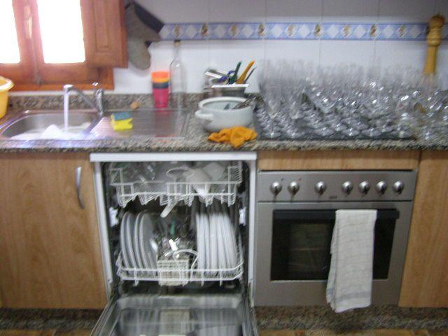 hoe kan je in je huishouden besparen op je waterverbruik?  3)afwas/was bij een afwas niet met een lopende kraan,en bij was wachten tot je een volle wasmachine hebt.
