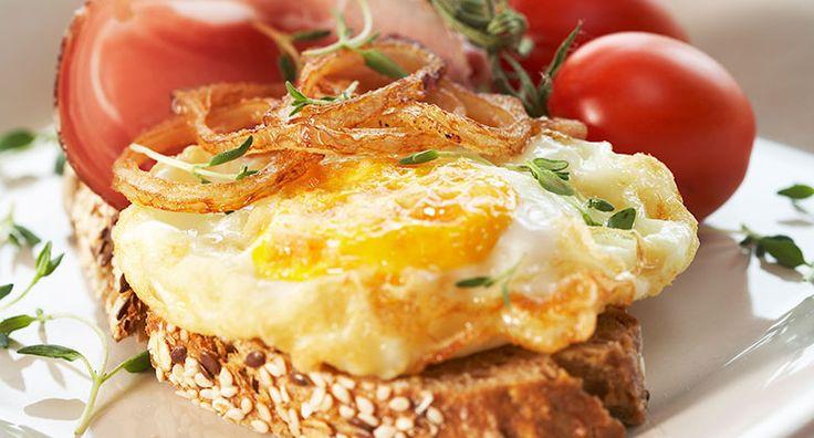 Frityrstekte egg, løkringer og spekeskinke