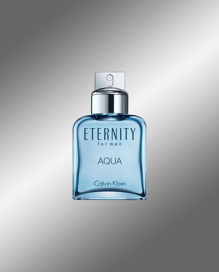 Eternity Aqua, una raffinata fragranza maschile per un'uomo sicuro di sè, virile e dal fascino disinvolto. Un profumo grintoso, sofisticato e disinvolto che si ispira alla freschezza dell'oceano e all'eleganza dell'uomo. Presenta un'impronta persistente con un'ondata di cetriolo ghiacciato, un cuore di lavanda e il calore del legno di sandalo. La bottiglia è di un color azzurro intenso con un nuovo logo e il cartone di un celeste ispirato all'oceano.